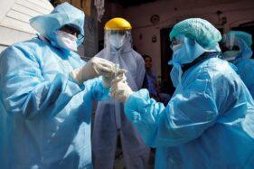 Tenaga medis yang menangani Covid-19 di India. (Reuters)