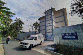 Kendaraan pembawa pasien Covid 19 sembuh keluar dari Rumah Sakit Darurat Covid 19 Boyolali, Senin (6/7/2020). (Solopos-Bayu Jatmiko Adi)