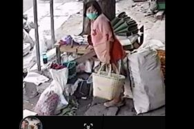 Perempuan berbaju merah muda yang tertangkap kamera diduga mencuri tas berisi uang Rp19 juta milik pedagang Pasar Legi Solo, Jumat (26/6/2020). (Facebook Ayuk Ayuk di Grup Info Wong Solo (IWS)