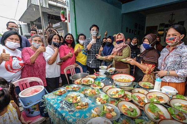 Gibran menghadiri dapur umum di RT 001/RW 001 Sukomulyo, Kadipiro, Banjarsari, Solo, Kamis (9/7/2020). (Istimewa)