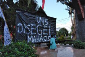 Mahasiswa UNS Solo Demo, Tagar #UniversitasNggaweSusah Trending