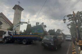 Petugas membenahi gapura Jl. Pahlawan Kota Madiun yang roboh akibat diterjang truk boks, Selasa (14/7/2020). (Madiunpos.com-Abdul Jalil)