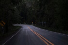 Ilustrasi jalan sepi (Freepik)