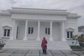 Kades Pokak, Sutjiati, berpose di depan Istana Negara mini di Desa Pokak, Kecamatan Ceper, Kabupaten Klaten, Jateng, Selasa (7/7/2020). (Solopos.com/Ponco Suseno)