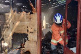 Petugas pemadam kebakaran saat memadamkan api di rumah Partinah, 60, warga Dusun Brangkal RT 002/RW 006 Desa Sendangmulyo, Kecamatan Tirtomoyo, Wonogiri, Sabtu (4/7/2020). (Istimewa)