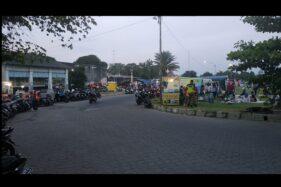 Kerumunan warga di Alun-alun Kidul Keraton Solo saat petugas gabungan datang melakukan sosialisasi dan penertiban, Minggu (12/7/2020) sore. (Solopos/Ichsan Kholif Rahman)