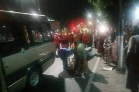 Petugas mengevakuasi korban kecelakaan di Jalan Raya Surabaya-Madiun Km 150-151, Desa Buduran, Wonoasri, Kabupaten Madiun, Senin (13/7/2020) malam. (Facebook-Pijar Rizky Hartono)