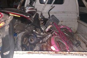 Polisi mengamankan sepeda motor Yamaha Vixion dan sepeda mini yang terlibat kecelakaan truk terguling di Plupuh, Sragen, Jumat (3/7/2020). (Istimewa)