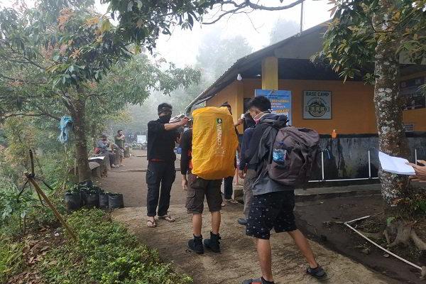 Dear Pendaki, Suhu di Puncak Gunung Lawu Tembus 3 Derajat Celsius, Awas Beku!