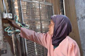 Seorang warga miskin di Jateng mencoba akses sambungan listrik gratis di rumahnya. (Semarangpos.com-Humas Pemprov Jateng)