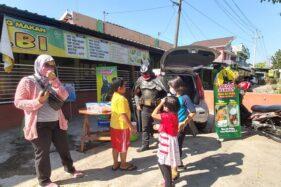 Unik, Pasutri Berkostum Batman Jualan Sego Berkat di Sukoharjo