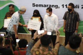 Menkes Terawan Agus Putranto (kedua dari kanan), dan Gubernur Jateng, Ganjar Pranowo (kedua dari kiri), saat memberikan penghargaan dan santunan kepada ahli waris nakes yang gugur menangani pasien Covid-19 di kampus Poltekkes Kemenkes Semarang, Sabtu (11/7/2020). (Istimewa/Humas Pemprov Jateng)