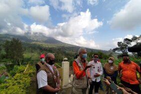 Gubernur Jawa Tengah, Ganjar Pranowo, memberi keterangan kepada wartawan saat mengunjungi Pos Pengamatan Gunung Api Merapi Jrakah, Kecamatan Selo, Kabupaten Boyolali, Rabu (8/7/2020). (Solopos/Bayu Jatmiko Adi)