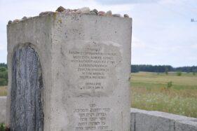 Monumen pembantaian di Jedwabne, Polandia. (Wikipedia.org)