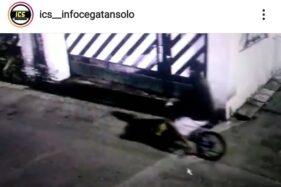 Pria diduga nyolong sepeda BMX tertangkap kamera di Mangkuyudan, Laweyan, Solo, belum lama ini. (Instagram @ics__infocegatansolo)