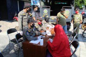 Seorang pengendara sepeda motor dihentikan petugas Satpol PP saat digelar operasi masker di simpang lima Bramen, Kecamatan Klaten Utara, Rabu (1/7/2020). (Solopos/Taufiq Sidik Prakoso)