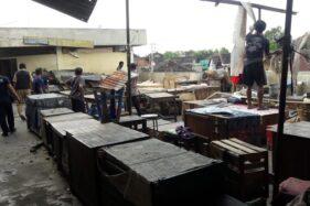 Pedagang oprokan lantai II Pasar Nusukan bagian belakang bergotong royong membersihkan puing-puing atap lapak yang ambruk karena angin kencang, Senin (13/7/2020) siang. (Istimewa)