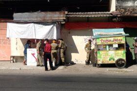 Petugas Disdag Kota Solo dan Satpol PP memberikan peringatan kepada PKL di Jl Juanda, Kecamatan Jebres, Solo, Rabu (1/7/2020).  Gambar diambil sebelum penataan. (Solopos/Wahyu Prakoso)