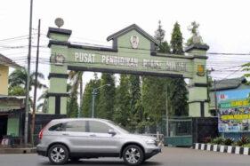 Mobil melintas di depan pintu gerbang Pusat Pendidikan Polisi Militer Angkatan Darat (Pusdikpom AD) di Kota Cimahi, Jawa Barat, Jumat (10/7/2020). (Antara-Bagus Ahmad Rizaldi)