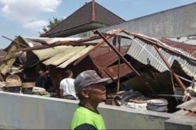 Lapak pedagang oprokan di lantai II Pasar Nusukan Solo bagian belakang ambruk diamuk puting beliung, Senin (13/7/2020) siang. (Istimewa)
