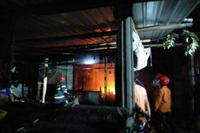 Pemadam kebakaran memadamkan api yang membakar Riri Konfeksi Sukoharjo, Selasa (1/7/2020). (Istimewa-Arini Nur Miftakul Janah)