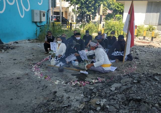 Ruwatan di perlintasan sebidang bawah Flyover Manahan Solo, Rabu (1/7/2020) siang. (Solopos-Ichsan Kholif Rahman)