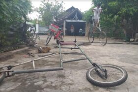 Pemilik sepeda setinggi tiga meter, Ihsan, 15, warga Pokak, Ceper mencoba sepeda bikinannya di halaman rumah kakeknya di daerah setempat, Selasa (7/7/2020).  (Solopos.com/Ponco Suseno)