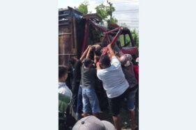 Warga mengevakuasi sopir truk yang tergencet akibat kecelakaan di jalan Sragen-Solo, tepatnya di Desa Karangmalang, Masaran, Sragen, Selasa (14/7/2020). (Istimewa/FB ICWS)