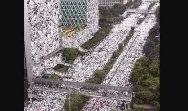 Cek Fakta: Triliunan Manusia Panjat Dinding Gedung DPR dan Monas?