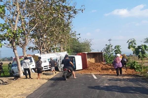 2 Truk Kecelakaan Tutupi Jalan Gondang-Sine Sragen