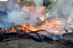 Warga dan petugas berupaya memadamkan api yang membakar dapur rumah milik Agus Ubaidila. Dapur milik warga Desa Tanjungharjo, Kecamatan Ngaringan, Kabupaten Grobogan, ludes terbakar, Senin (3/8/2020). (Istimewa-Kecamatan Ngaringan)