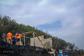 Bangunan warung yang rusak pasca diterjang ombak di Pantai Trisik, Galur, Selasa (4/8). (Harianjogja.com/Jalu Rahman Dewantara).