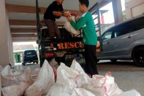 Istimewa/Ronny Megas Sukarno Dua orang pelaksana Lazismu Sragen menurunkan berkarung-karung tulang dan jerohan sapi yang diambil dari RPH Magetan di Gedung Dakwah Pimpinan Daerah Muhammadiyah Sragen, Minggu (2/8).