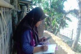 Ilustrasi siswa mengikuti pembelajaran online dari belakang rumahnya (Istimewa)
