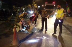 Anggota Satlantas Polres Grobogan sedang melakukan olah tempat kejadian perkara kecelakaan lalu lintas, Selasa (4/8/2020). (Istimewa)