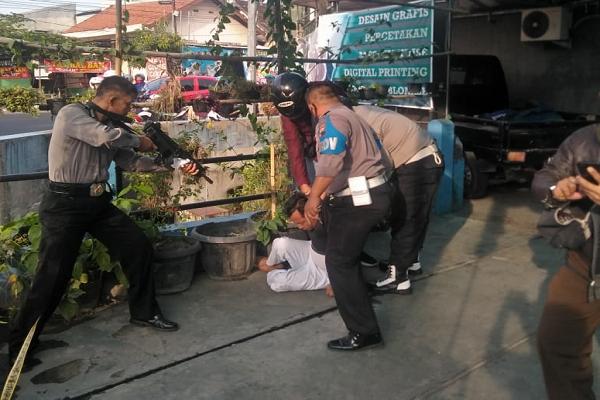 Polisi meringkus pencuri mobil Bank BRI Solo di halaman rumah anggota DPRD Solo, Muhammad Al Amin, di Laweyan, Solo, Kamis (6/8/2020). (Istimewa/Polsek Laweyan)
