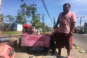 Pemilik tambal ban serba-pink Yunanto saat ditemui di lokasi tambal ban miliknya di Jl. Kaliurang, DIY, Kamis (6/8/2020). (Harian Jogja/Hery Setiawan)
