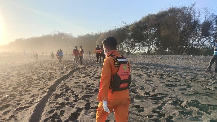 Pencarian 5 Wisatawan di Pantai Goa Cemara Libatkan Komunitas Drone