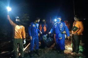Tim SAR membawa jenazah Moh Zafir Alfarizi yang meninggal karena terseret ombak Pantai Goa Cemara, Sanden, Bantul, DI Yogyakarta, Jumat (7/8/2020) petang. (Istimewa-Tim Sar Satlinmas)