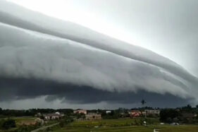 Awan menyerupai smong alias gelombang tsunami muncul di langit Meulaboh Aceh Barat, Senin (10/8/2020). (Liputan6.com-@masawep)