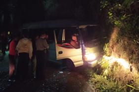 arga dan sukarelawan mengevakuasi korban yang berada di dalam mobil yang terlibat kecelakaan di Kemuning, Ngargoyoso Minggu (9/8/2020) malam. Akibat kecelakaan tersebut 16 orang terluka, satu orang meninggal dunia. (Istimewa/Sukarelawan)