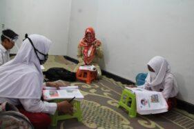Murtini, 43, salah satu guru honorer di SDN 1 Kendalsari, Kecamatan Kemalang melakukan pembelajaran kepada siswa kelas 4 di salah satu rumah warga Desa Kendalsari, Senin (10/8/2020). (Taufiq Sidik Prakoso/Solopos)