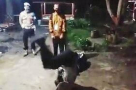 Kapolsek Maliku Polres Pulang Pisau, Ipda Lasser Kristovor, jungkir balik untuk menuhi nazar setelah salah satu warga setempat dinyatakan lulus sebagai calon tamtama (catam) Brimob, Senin (10/8/2020). (Antara - HO/Polsek Maliku)