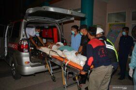 Petugas membawa korban luka ledakan dan kebakaran pabrik bioetanol PT Energi Agro Nusantara (Enero) di RSUD RA Basoeni Mojokerto, Senin (10/8/2020). (Antaranews.com)