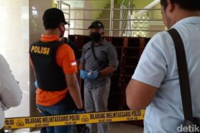 Polisi melakukan olah TKP penemuan benda diduga bom di masjid UNY, Sleman. (Detik.com)