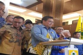 Ketua Umum Partai Golkar Airlangga Hartarto dan Ketua Umum PAN Zulkifli Hasan memberikan keterangan pers seusai melakukan pertemuan di Kantor DPP Partai Golkar, Kamis (12/3/2020). (Bisnis-John Andi Oktaveri)