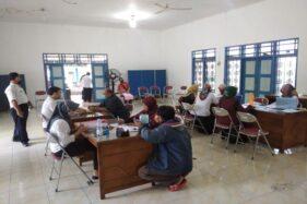 Sejumlah pelaku usaha mikro dan ultra mikro di Kabupaten Karanganyar mengumpulkan berkasprogram bantuan sosial produktif untuk penguatan modal usaha mikro dan ultra mikro di Kantor Disdagnakerkop dan UKM, Rabu (12/8/2020). (Solopos.com-SriSumiHandayani)