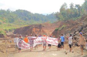 Warga terdampak pembangunan Waduk Jlantah di Desa Tlobo, Kecamatan Jatiyoso, Karanganyar, tepatnya di blok 7 protes dan meminta kontraktor menghentikan pekerjaan karena uang ganti rugi belum dibayar, Rabu (12/8/2020). (Istimewa)