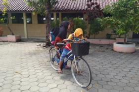Sejumlah siswa kelas V SD Negeri Mandan 3, Sukoharjo berkerumun seusai mengikuti sekolah pembelajaran tatap muka secara terbatas di sekolah pada Rabu (12/8/2020). (Solopos/Indah Septyaning W.)