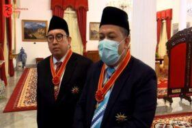Fahri Hamzah (kanan) dan Fadli Zon seusai menerima penghargaan Bintang Mahaputera Nararya dari Presiden Joko Widodo (Jokowi).